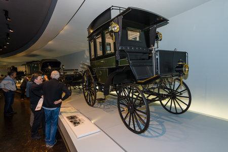 MOTORIZADO: STUTTGART, ALEMANIA-19 de DE MARZO DE, 2016: El primer autobús Benz Omnibus (Benz motorizado autobús), 1895. Museo Mercedes-Benz.