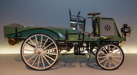 motorizado: STUTTGART, ALEMANIA-19 de DE MARZO DE, 2016: Coche de la vendimia del motor Daimler-Geschaeftswagen (motor de Daimler vehile negocio), 1899. Museo Mercedes-Benz.