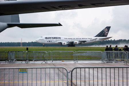"""747 400: Berlino, Germania - 1 GIUGNO 2016: di decollo Iron Maiden Boeing 747 """"Ed Force One"""". Il tour mondiale """"The Book of Souls"""". Esposizione ILA Berlin Air Show 2016 Editoriali"""