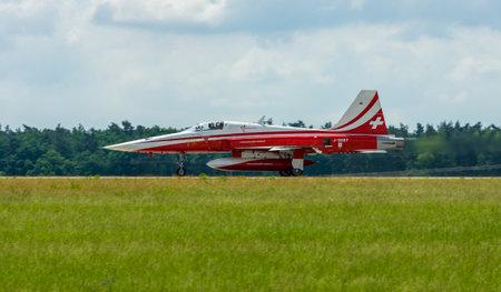 航空ショー: BERLIN, GERMANY - JUNI 02, 2016: Landing of jet Northrop F-5E Tiger II. The aerobatic team Patrouille Suisse. The pilot, Captain S.Billeter. Exhibition ILA Berlin Air Show 2016