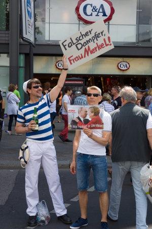 transexual: BERL�N, ALEMANIA - 22 de junio, 2013: Christopher Street Day. La celebraci�n anual europea LGBT y la demostraci�n por los derechos de las personas LGBT, y contra la discriminaci�n y la exclusi�n.