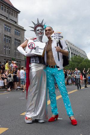 transexual: BERL�N, ALEMANIA - 22 de junio, 2013: Christopher Street Day. La celebraci�n anual europea LGBT y la demostraci�n por los derechos de las personas LGBT. Participante en la imagen de la estatua de la libertad.