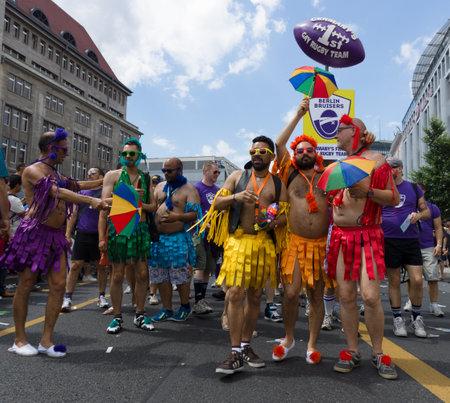 transexual: BERLÍN, ALEMANIA - 22 de junio, 2013: Christopher Street Day. La celebración anual europea LGBT y la demostración por los derechos de las personas LGBT. 1er equipo de rugby gay de Alemania. Editorial