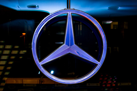 BERLIN - NOVEMBER 03, 2013: Showroom. The emblem of Mercedes-Benz, close-up. Publikacyjne