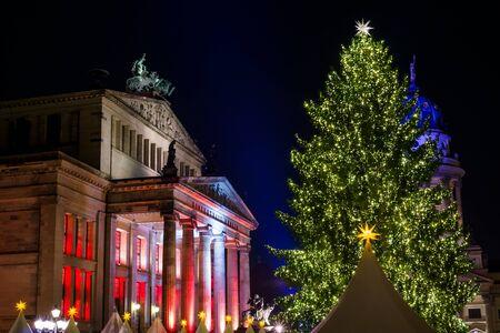 dom: Marché de Noël sur la place Gendarmenmarkt. Berlin. Allemagne.
