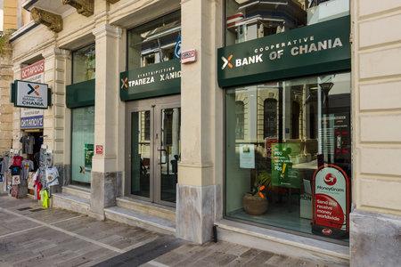 cooperativismo: Heraklion, Grecia - 16 de julio, 2016: Sucursal del Banco de Chania en la principal calle turística. Co-operative Bank de Chania es un banco local de Creta. Editorial