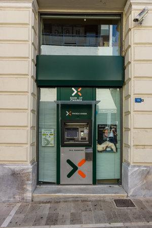 cooperativismo: Heraklion, Grecia - 16 de julio, 2016: cajeros automáticos del Banco de Chania. Co-operative Bank de Chania es un banco local de Creta. Editorial