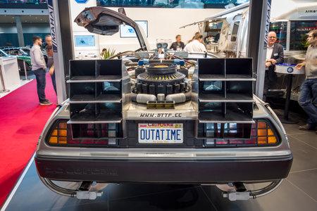 """STUTTGART, DUITSLAND - MAART 02, 2017: De DeLorean tijdmachine (terug naar de Toekomstige concessie) op basis van een DeLorean DMC-12 sportwagen. Europa's grootste oldtimer-tentoonstelling """"RETRO CLASSICS"""""""