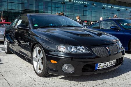 "STUTTGART, DUITSLAND - MAART 04, 2017: Spierauto Pontiac GTO (vierde generatie), 2006. Europa's grootste klassieke autotentoonstelling ""RETRO KLASSIEKERS"""