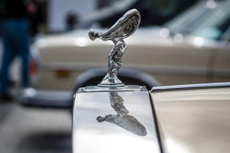 """éxtasis: STUTTGART, ALEMANIA - 4 DE MARZO DE 2017: El emblema famoso """"alcohol del éxtasis"""" en Rolls Royce Silver Spirit. La exposición de coches clásicos más grande de Europa """"RETRO CLASSICS"""" Editorial"""