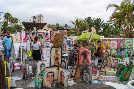 PUERTO DE LA CRUZ, CANARY ISLANDS, SPAIN - JULY 28, 2018: Evening street by the ocean. Street artists. Stock Photo - 117050701