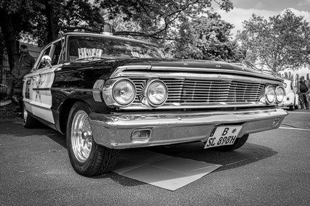 BERLIN - 11. MAI 2019: Polizeiauto Ford Galaxie 500 Interceptor, 1964. Schwarz und Weiß. 32. Oldtimertag Berlin-Brandenburg. Editorial