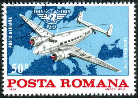 ROMANIA - CIRCA 1984: A stamp printed in Romania, dedicated to the 40th anniversary of ICAO, depicts the Lockheed L-14 airplane over a map of Europe, circa 1984 Éditoriale