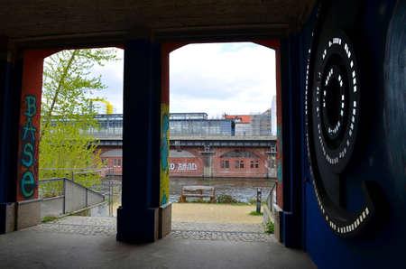 tunnel met graffiti in de stad, berlijn Redactioneel
