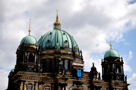 dom: ancienne église dom dans le centre de berlin à une journée nuageuse