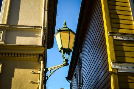 straat licht hangen op gevels in Bergen, Noorwegen