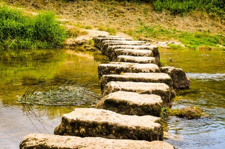 夏の間は小さな川を渡る飛石