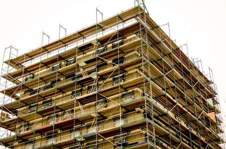 blote metselwerk van een gebouw met steiger