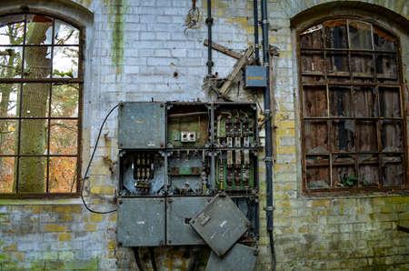 gebroken elektrische aansluitdoos bij verloren gebouw