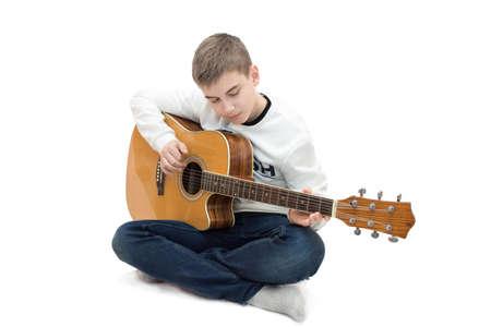 de foto toont een jongen op een witte achtergrond