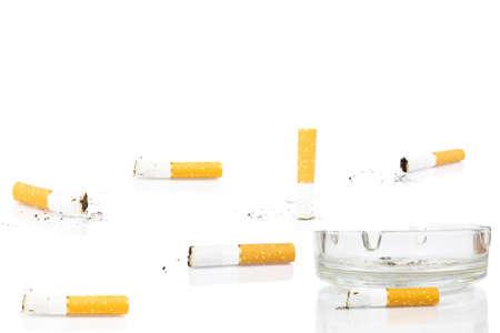 Zigarettenkippe im Aschenbecher auf weißem Hintergrund, isoliert