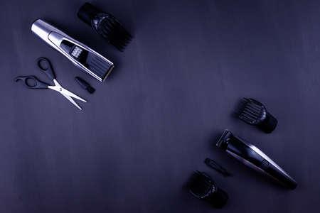 Rasieren, Rasierer, Bürste, Kamm, Schere, Haarschneider und Haarschneider. Zubehör für Barber Shop-Ausstattung auf schwarzem Hintergrund Draufsicht copyspace