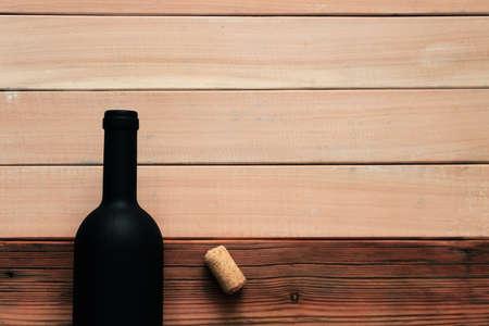 木製のテーブルの上に赤ワインの黒いボトル。美しい新しい木製の背景 写真素材 - 102191259