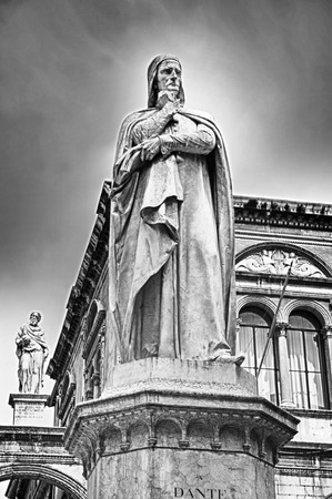 dante alighieri: Verona, statue of the writer Dante Alighieri
