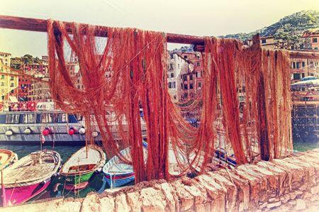 redes de pesca: Camogli, puerto con barcos y redes de pesca Foto de archivo