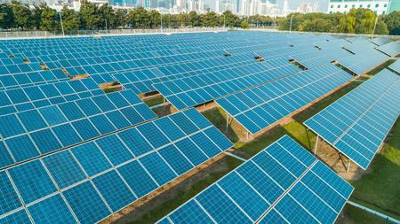 Vista aerea di pannelli di energia solare in giornata di sole, pannelli solari, centrali solari.