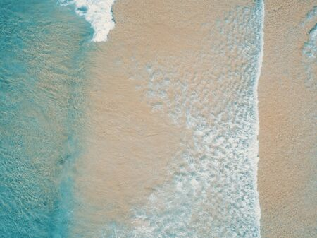Aerial top view of turquoise ocean wave reaching the coastline. Banque d'images - 136608108