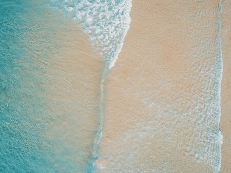 Aerial top view of turquoise ocean wave reaching the coastline. Banque d'images - 137000817