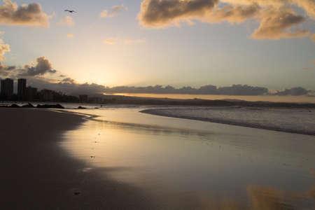 coolangatta: Nel tramonto di coolangatta le onde bagnano la spiaggia di raybow beach