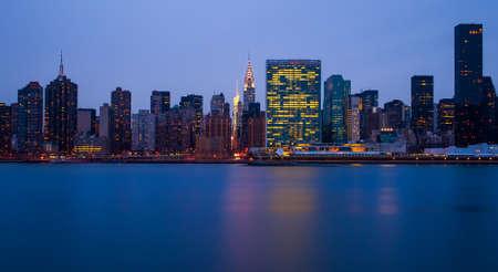 naciones unidas: los edificios de Manhattan en la noche en frente de este río