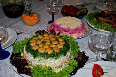 Salate auf dem festlich gedeckten Tisch Standard-Bild