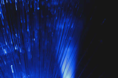 Vista astratta di fibre ottiche multicolori su sfondo scuro
