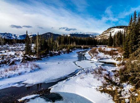 Early thaw on the creek, Deer Creek Provincial Recreation Area Foto de archivo - 98418098