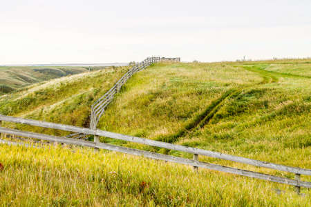 Farmers field and rustic fence, Kneehill County, Alberta, Canada Stock fotó