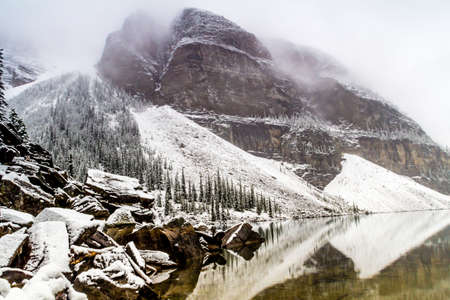 The emerals waters of Moraine Lake nestled in the Valley of the Ten Peaks is always a delight to visit when in Banff Stock Photo