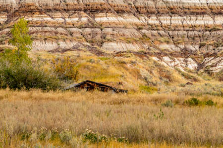 Old farm structure in the shadow of the badlands. Rosedale, Alberta, Canada Banque d'images
