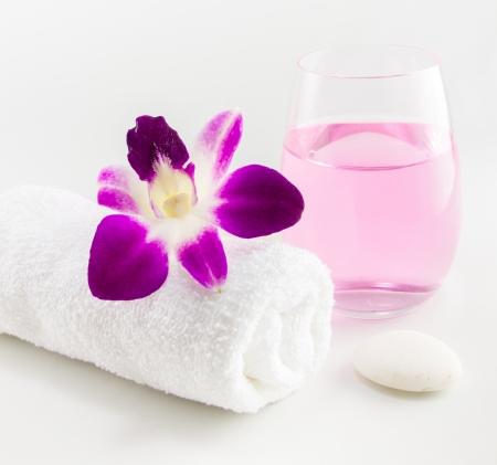 Spa omgeving met handdoeken en orchidee bloem