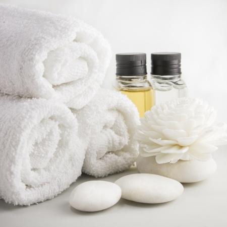 Spa omgeving met handdoeken aroma olie flessen en met de hand gemaakte bloem