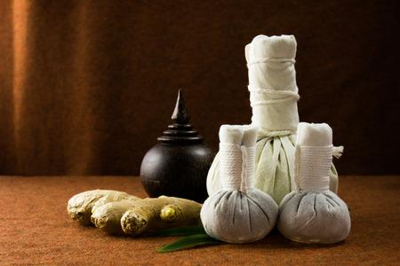 Spa kruiden comprimeren bal met de kruiden en de kist op bruin