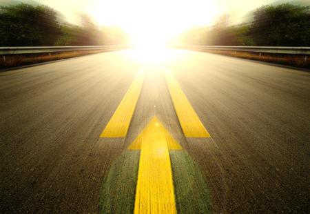 Road Met Geschilderde Gele pijl Line.