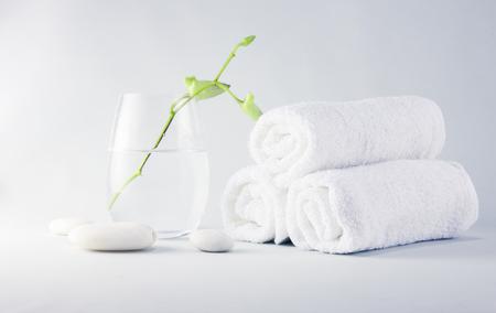 Stilleven Spa omgeving met handdoeken en jonge orchidee bloem in glas