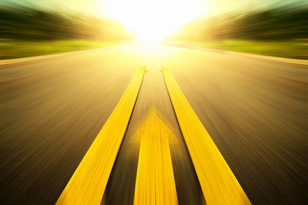 그려진 노란색 선으로 도로