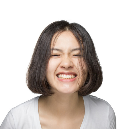 Jonge vrouw met een lachend gezicht op een witte achtergrond.