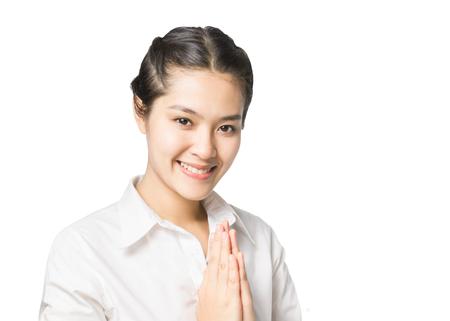 personas saludandose: Mujer de negocios saludo con la cultura tailandesa Sawasdee, la expresión de bienvenida aislado en fondo blanco. Foto de archivo