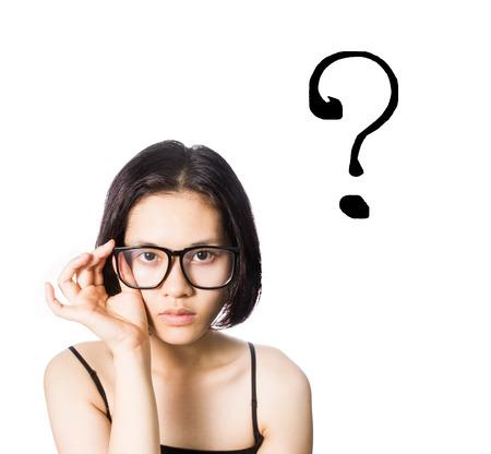 Aziatische vrouw draagt een bril met vraagteken teken op een witte achtergrond.