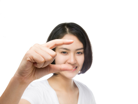 흰색 배경에 고립 된 손으로 가상 카드로 젊은 건강 한 여자.